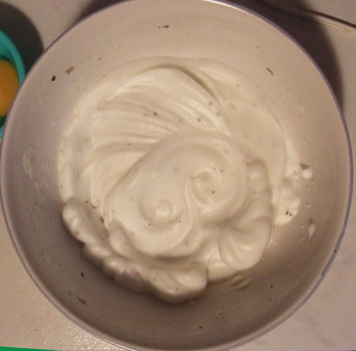 Making eggs in white clouds. Whip the whites of the eggs after adding the Italian seasoning.