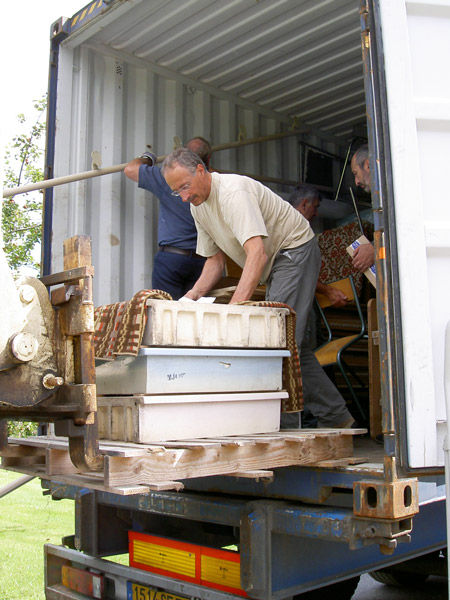 Préparation du conteneur pour le Togo.