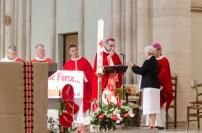 Mgr Habert bénis les croix des Sœurs de la Miséricorde