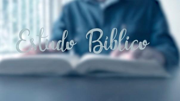 Pessoa numa mesa estuda a Bíblia