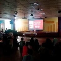 Jovens sentados ao redor da Eucaristia