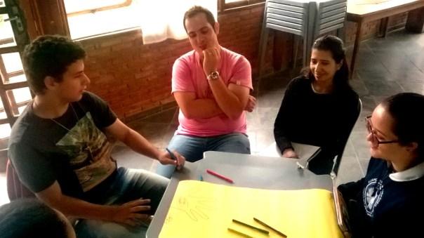 Coordenadores trabalham em projeto