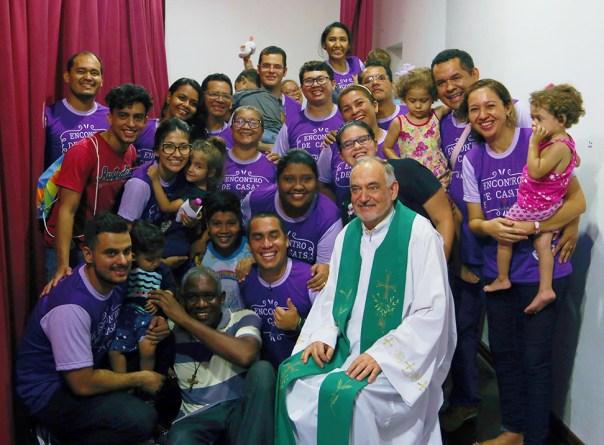 Equipe de trabalho em foto com Padre Antonello