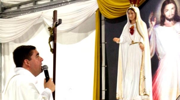 Padre Custódio faz ora de frente à imagem de Maria