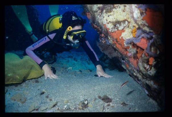 Maria Paola mergulha no mar da Sardegna.