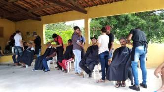 Corte de cabelo na ação dos amigos