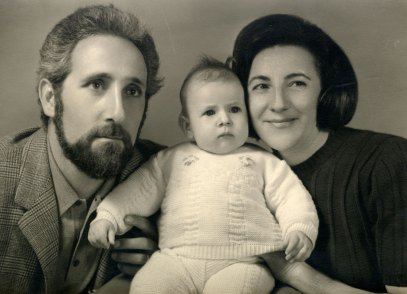 Chiara ao centro, seu pai Ruggero e sua mãe Teresa