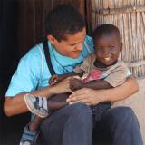 Ivanilson com criança em Maputo