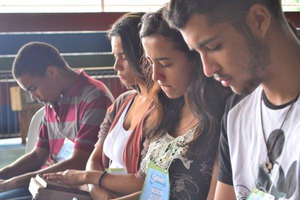 Jovens de olhos fechados em oração