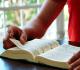 pessoa lê a bíblia