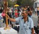 Homem reza em frente ao Santíssimo em plena praça