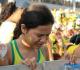 garota reza durante um jogo