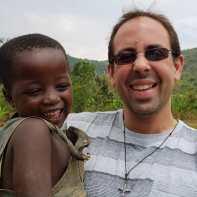 Missioário Diego com uma criança nos braços