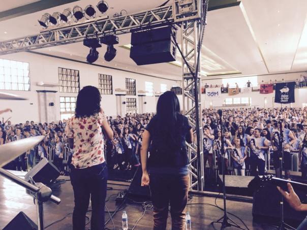 ministério canta para centenas de pessoas