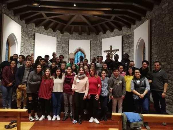 Bispo com jovens que participaram do encontro Thalita Kum