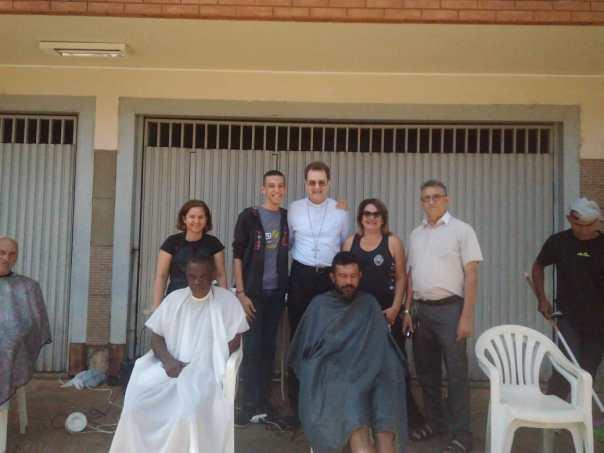 Dom Anuar posa para fotos junto a voluntários e atendidos