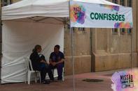 Padre Custódio atende confissões na Praça da Sé.