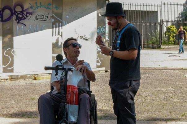 Missionário aborda um cadeirante em São Paulo.