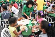 Voluntários servem a refeição na Praça da Sé. (William de Oliveira)