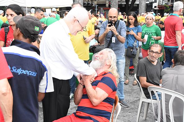 Cardeal Dom Odilo interage com os atendidos. Momento de confraternização. (Foto: William de Oliveira)