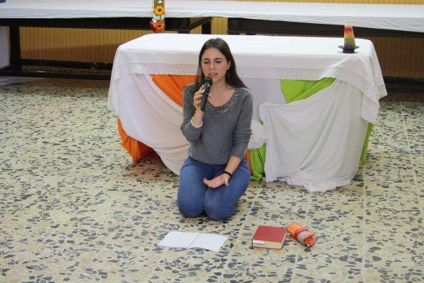 Jovem realiza dinâmica de oração-Thalita Kum Itália