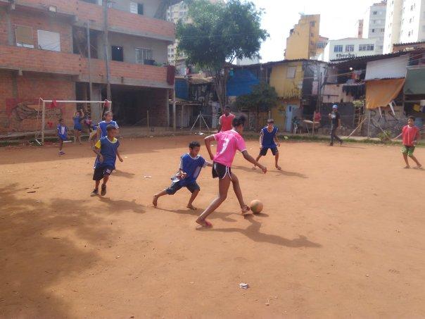Crianças jogam futebol no campinho