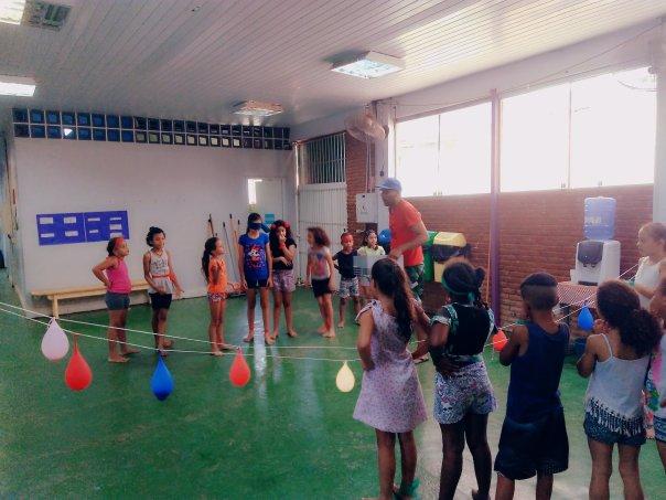 Crianças participam de gincana do balão de água