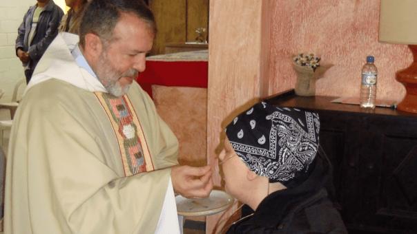 Padre João Henrique dá a comunhão para Maria Paola