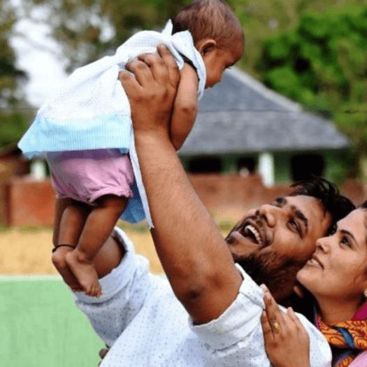 Casal brinca com filho bebê