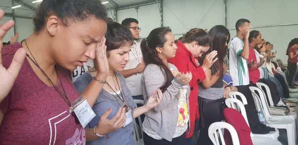 Jovens oram no Encontro