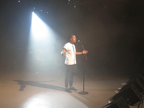 Kaique_Acordi no centro do palco