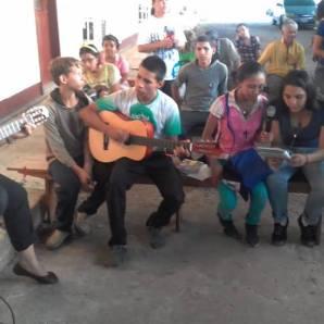 Missionários interagem com paroquianos