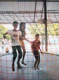 Crianças venezuelanas se divertem em pula-pula.