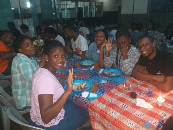 Jovens no TK fazem refeição