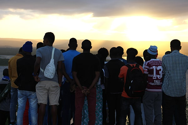 Jovens do TK-Moçambique-olham para o horizonte