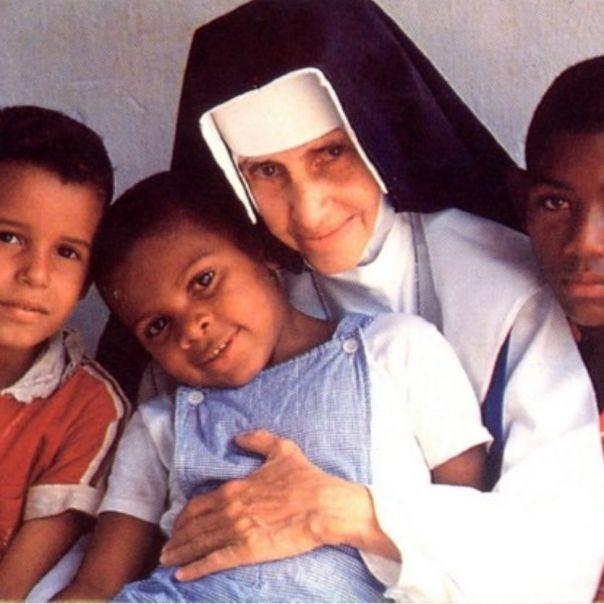 Irmã Dulce com crianças atendidas por ela