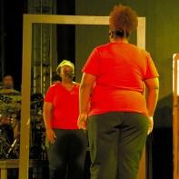 Atrizes contracenam em musical. (Foto: Mônica Santi)