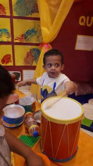 Criança toca bateria-CEI I