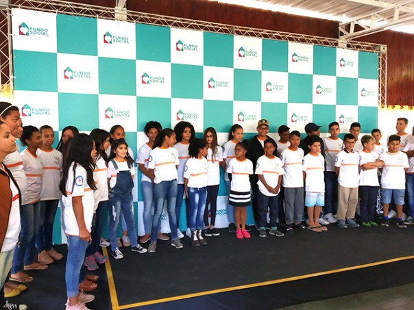 Crianças cantam para a primeira-dama Bia Doria