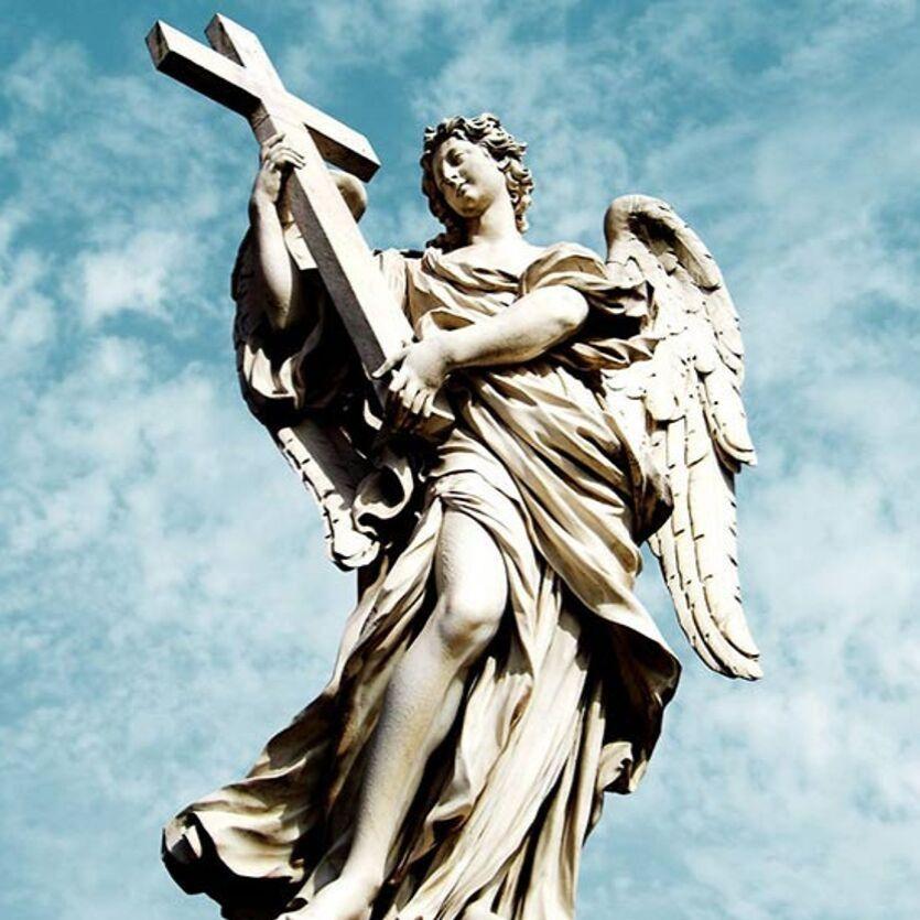 Imagem de um Serafim de pedra.