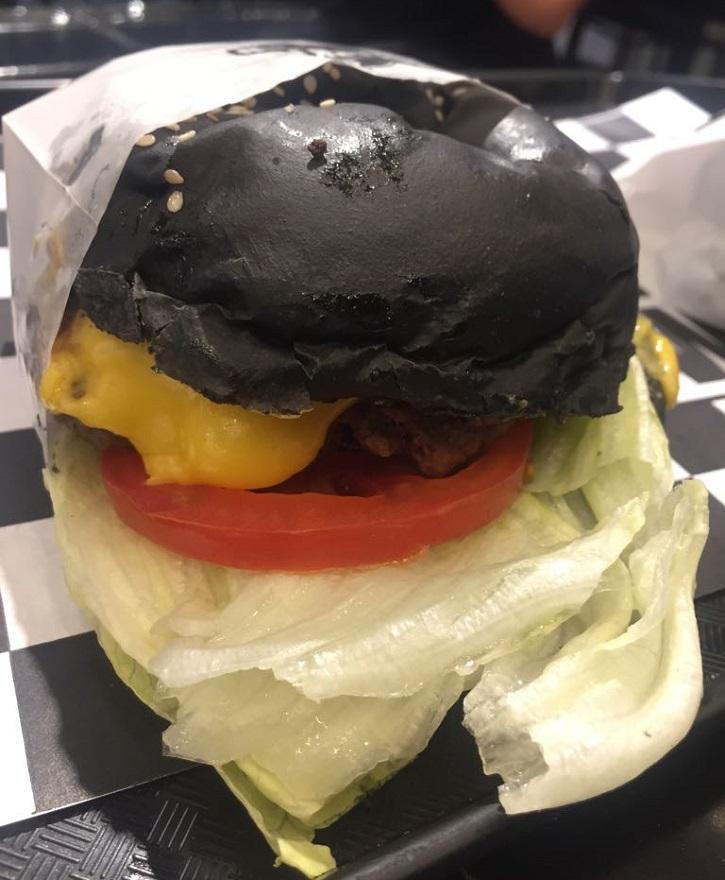 Black pan a puertas abiertas
