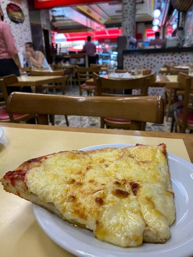Pizzería Güerrín, pizza porteña al molde