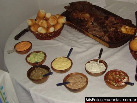 Pata flameada con salsas en Córdoba