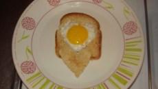 Tostadas con corazón de huevo