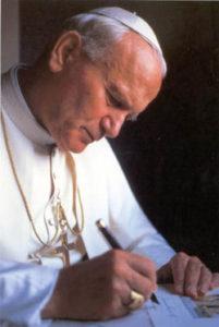 Juan Pablo II escribiendo
