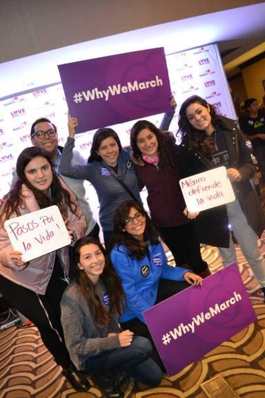 Grupo de hispanos expresan por qué están marchando