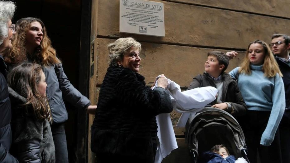 Annalisa Sadun descubre una placa en la casa donde la protegieron de los nazis cuando era una recién nacida. /Foto: Cézaro de Luca.
