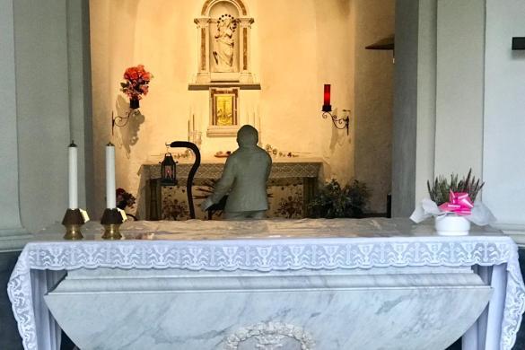 Capilla de las apariciones, donde Benedetto forma parte del altar mayor desde el suelo
