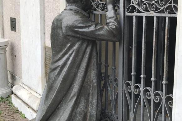 Don Orione orando en la Capilla de las Apariciones