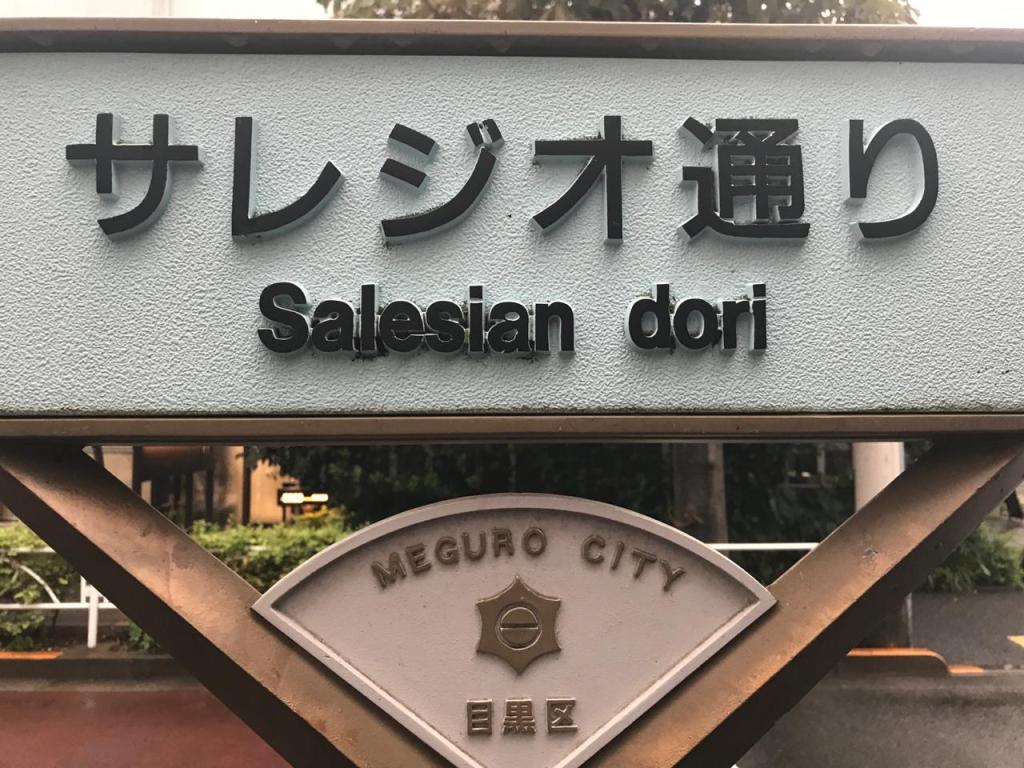 Parada de colectivos en la puerta del colegio salesiano de Tokio